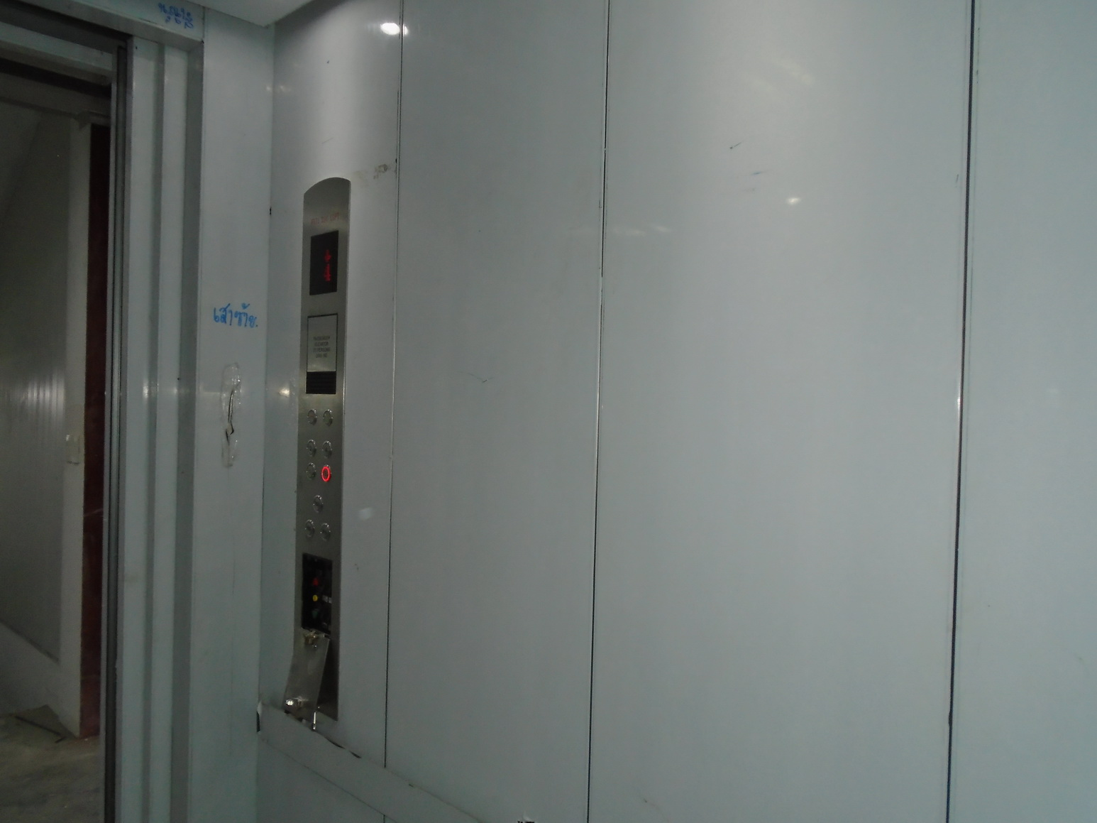 Passenger lift installation